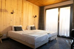 A bed or beds in a room at Chamois Lodge