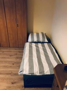 A bed or beds in a room at Hostel-Kwatery Świerklaniec