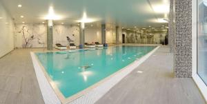 The swimming pool at or near Radisson Blu Hotel East Midlands Airport