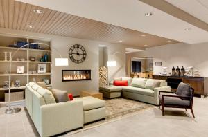 A seating area at Country Inn & Suites by Radisson, Springfield, IL