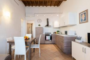 A kitchen or kitchenette at Roommo Enjoy Florence - Beccaria