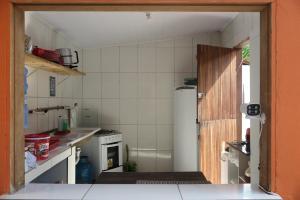 A cozinha ou cozinha compacta de Tirol da Carol Beach Hostel