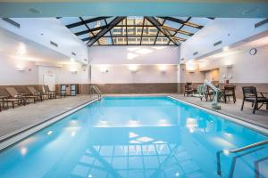 The swimming pool at or near Hilton Indianapolis Hotel & Suites