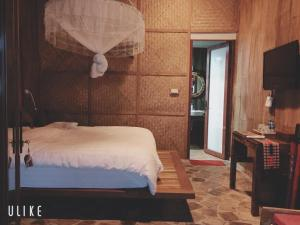 A bed or beds in a room at La Dao Spa Homestay