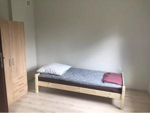 A bed or beds in a room at Apartament trzy osobowy Dęblin