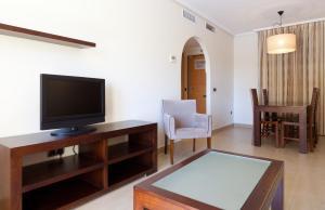 Una televisión o centro de entretenimiento en Senator Mar Menor Golf & Spa Resort