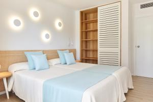 A bed or beds in a room at San Miguel Park / Esmeralda Mar