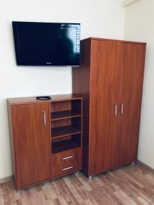 A television and/or entertainment center at Hostel-Kwatery Świerklaniec