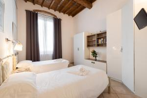 A bed or beds in a room at Roommo Enjoy Florence - Beccaria