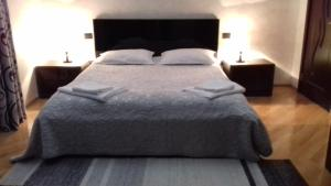 A bed or beds in a room at Makos Guest House