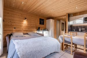 A bed or beds in a room at La Duche 101