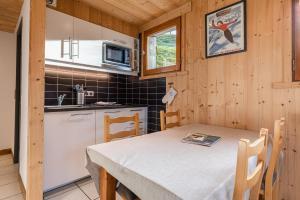 A kitchen or kitchenette at La Duche 101