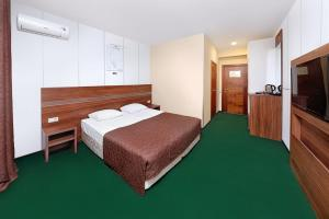A bed or beds in a room at Аrt-Volzhskiy