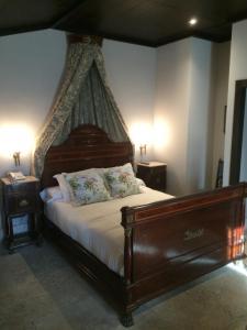 A bed or beds in a room at HOTEL PALACIO DE MENGIBAR