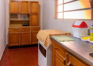 A kitchen or kitchenette at Casa central em Bonito-MS