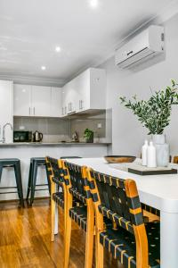 A kitchen or kitchenette at Large unit amid inner-city greenery close to CBD
