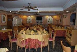 A restaurant or other place to eat at Hotel Trajano