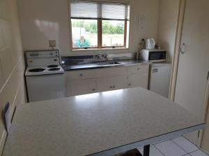 A kitchen or kitchenette at castletown motel