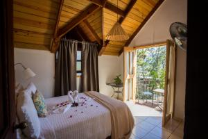 A bed or beds in a room at Hotel Rancho Constanza