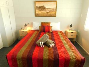 A bed or beds in a room at Hatton Vale Motel