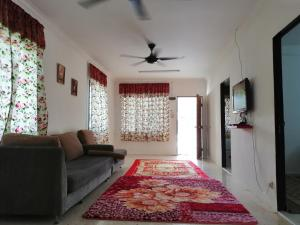 A seating area at Homestay D'Pasir Gudang