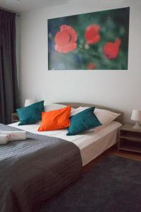 A bed or beds in a room at Capital Apartments Centrum - Piekary