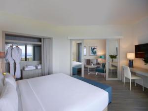 Кровать или кровати в номере Rhodes Bay Hotel & Spa