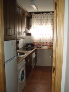 Una cocina o zona de cocina en Apartamentos Castillo de la Yedra