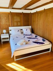 A bed or beds in a room at Chalet Jungfrau View