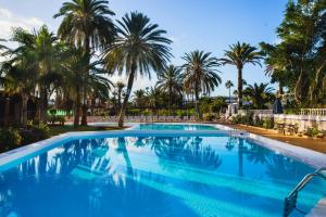 Het zwembad bij of vlak bij HL Miraflor Suites Hotel