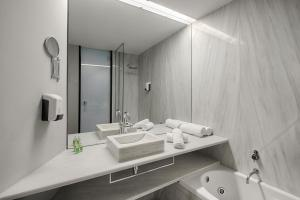 A bathroom at Sea You Hotel Port Valencia