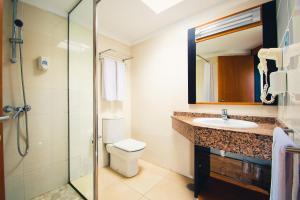 Een badkamer bij HL Miraflor Suites Hotel