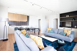 A seating area at Stylish Apartment With Views Overlooking Bondi Beach