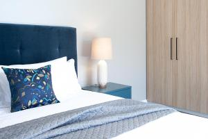 A bed or beds in a room at Stylish Apartment With Views Overlooking Bondi Beach