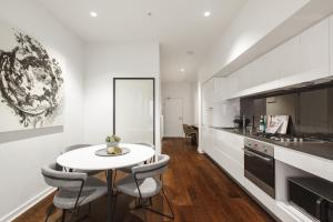 A kitchen or kitchenette at Contemporary luxury in the heart of Melbourne