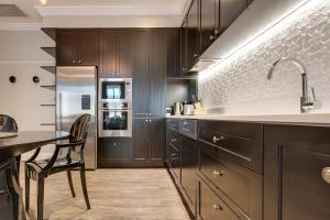 A kitchen or kitchenette at Family Retreat In Top Blue Mountains Location