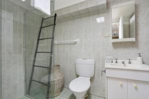A bathroom at Top Floor Apartment Steps To Darling Harbour & ICC