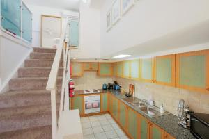 A kitchen or kitchenette at Top Floor Apartment Steps To Darling Harbour & ICC