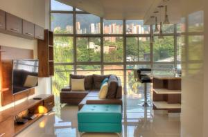 A seating area at Apartamento Lleras AC Hot Tub