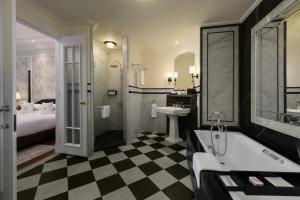 A bathroom at Eastern & Oriental Hotel