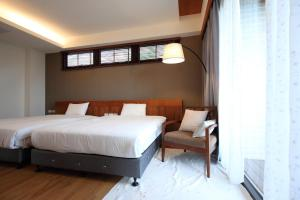 A bed or beds in a room at Chuying Sunrise B&B