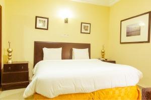 A bed or beds in a room at Hotel Reno