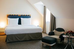 Een bed of bedden in een kamer bij Radisson Blu Carlton Hotel, Bratislava