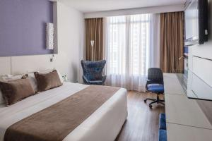 A bed or beds in a room at Radisson Hotel Curitiba