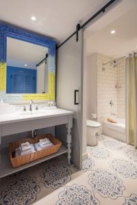 A bathroom at Universal's Loews Sapphire Falls Resort