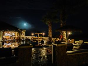A restaurant or other place to eat at Villa Manos Hotel