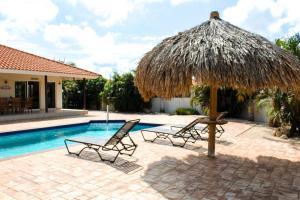 A piscina localizada em Kunuku Villa ou nos arredores