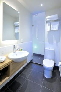 A bathroom at Mercure Melbourne Therry Street
