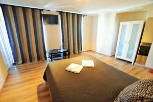 A bed or beds in a room at Suites & Apartments - DP Setubal