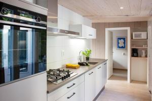 Een keuken of kitchenette bij Aan Noordzee Bungalow de Luxe